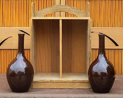 Rear view - Brown lacquer sake bottles (tokkuri), gold bamboo family crest, mon, original box, Meiji 31, signed, calligraphy, Japanese antiques