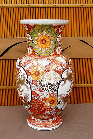 Side view - Large Kutani dragon vase, polychromatic enamels, hand painted, antique Japanese porcelain for Japanese gardens, interior design