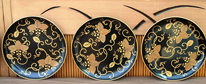 Front view2 - 6 black lacquer plates, handpainted gold vines; gold maki-e leaves, gold rims, for Japanese interior design, tea ceremony, art